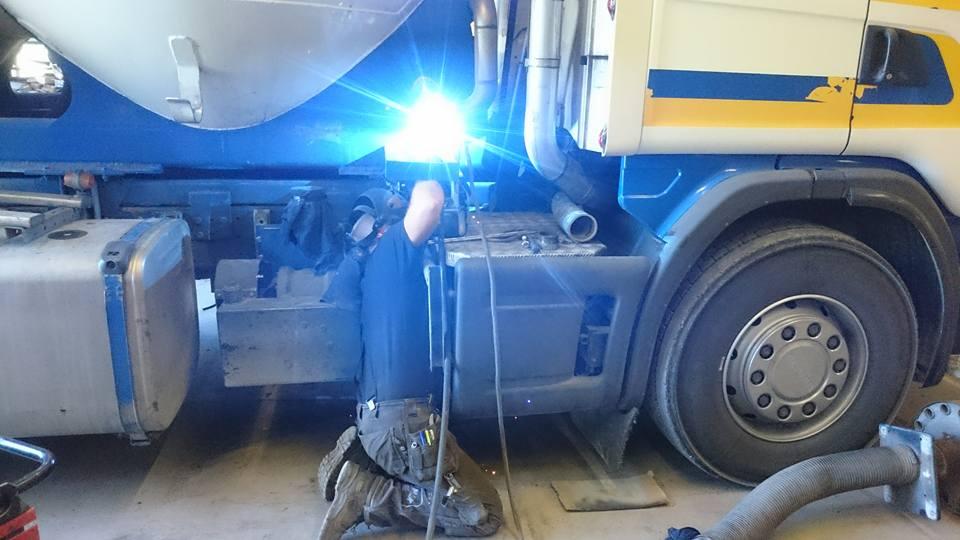 bild reparation av lastbil